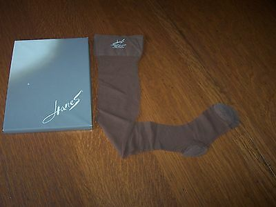 Hanes Vintage Nylon Stockings. One Pair, Size 10-11, No Seams, Box included