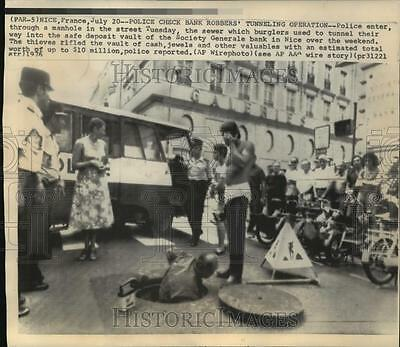 1976 Press Photo Police Check Society Generals Bank Robbers' Tunnel, Nice France