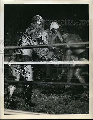 1941 Press Photo Lake Worth Florida wrestling match in molasses & feathers