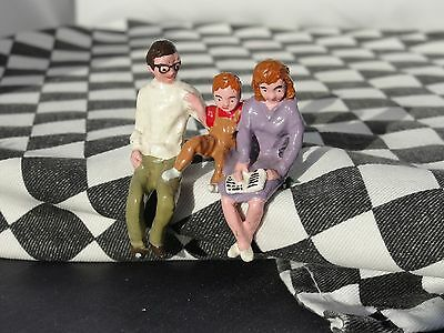 Track Figures Metal Hand Painted Family - White Jumper   1.32 Scale