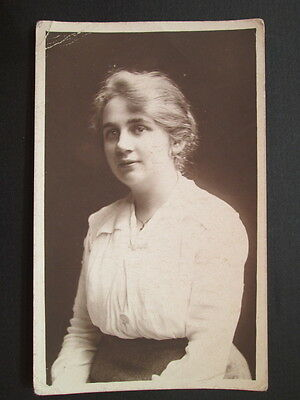 ELEGANT YOUNG LADY. FASHION DETAILS - REAL PHOTO POSTCARD (1910s)