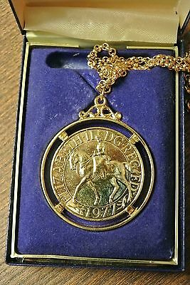Silver Jubilee 1977 Crown gold plated pendant and chain ROYAL MINT cased (PM41)