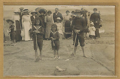 Carte Photo card RPPC photo scène de plage enfants sculpture de sable bt093