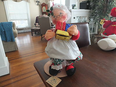 Annalee Mrs.Santa Claus holding some packages from 1994 14 inches