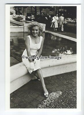 b3669 - Film Actress - Marilyn Monroe outside the Plaza Hotel - modern postcard