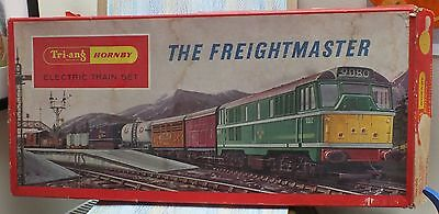 Triang train set OO gauge The Freightmaster RS.51 Diesel D5572 7 wagons + track