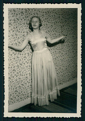 vintage photo YOUNG TEEN GIRL PRESENTS EVENING DRESS CRAZY WALLPAPER 1930s