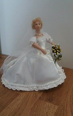 DOLLS HOUSE MINIATURE BEAUTIFUL BRIDE DOLL WITH BOUQUET 1/12 th SCALE