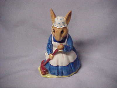 """Royal Doulton Mrs. Bunnykins """"Clean Sweep"""" MADE IN England RABBIT FIGURINE exc e"""