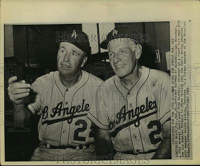 1961 Press Photo Leo Durocher of Los Angeles Dodgers Talks With Walter Alston.