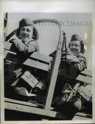 1944 Press Photo Red Cross Girls on Truck with Emergency Rations in Italy