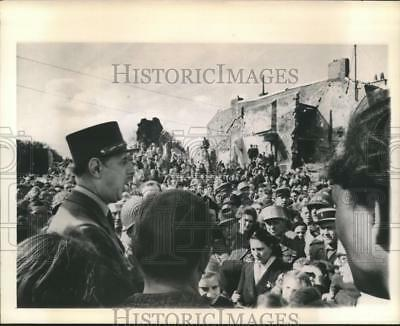 1944 Press Photo General Charles De Gaulle speaks in Isigny France liberation