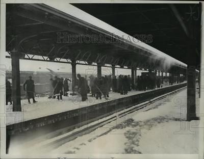 1934 Press Photo New York Commuters wait at Jamaica Station during storm NYC