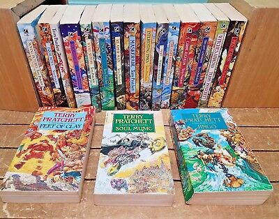 Collection 17 Terry Pratchett Discworld paperbacks.
