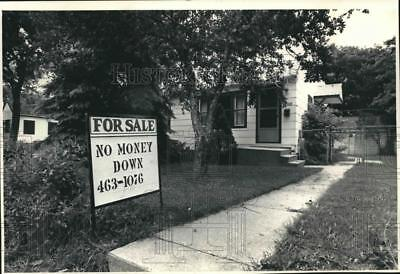 1986 Press Photo A For Sale Sign In Front of the House On 4988 North 60th