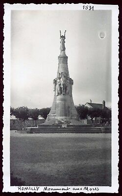 Romilly sur Seine ( Aube ) le monument aux morts .photo ancienne. Septembre 1946