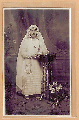 Carte Photo vintage RPPC Albert Paris jeune fille communiante religion pz0368