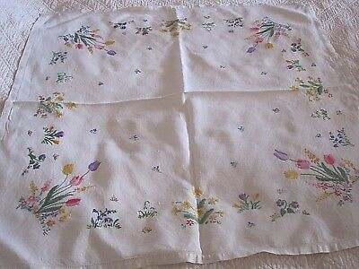 Lovely Vintage Hand Embroidered Linen Tablecloth Beautiful Embroidery