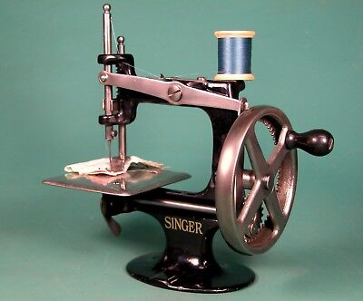 NICE * 1910 SINGER 20 TOY SEWING MACHINE * 1ST VERSION * 4 SPOKE ** U.S.A. Model