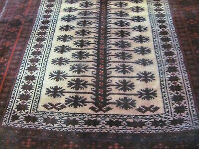 A CHARMING OLD HANDMADE BALUCH PERSIAN WOOL ON WOOL RUG (138 x 85 cm)