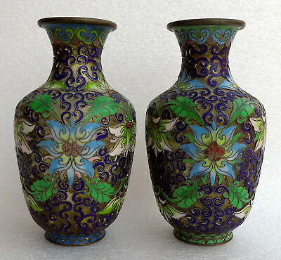 CINA (China): Fine and old pair of Chinese cloisonne champleve vase