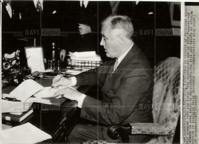 1939 press photo Roosevelt signs Neutrality act of 1939