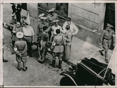 1936 Press Photo Loyalists receive weapons from the Government - nera01958