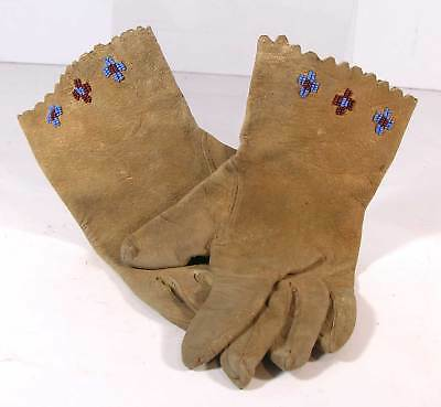 1920s PAIR OF NATIVE AMERICAN SIOUX INDIAN BEAD DECORATED HIDE LADYS  GLOVES