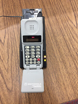 Vintage MOTOROLA 76041WNFBA Flip Cell Phone MSN:949GUU GH01 w/Charger Powers On