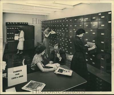 1955 Press Photo Print Library of M. Lowenstein & Sons, Inc. with customers.