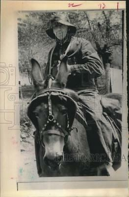 1970 Press Photo KY mail carrier Moses Walters rides his mule Patsy in the rain