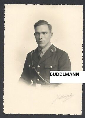 Portraitfoto Soldat in schwarzer Uniform Elitesoldat