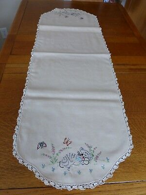 Darling Vintage Dresser Scarf Table Runner Embroidered Cat Kitten Kitty Lace EUC
