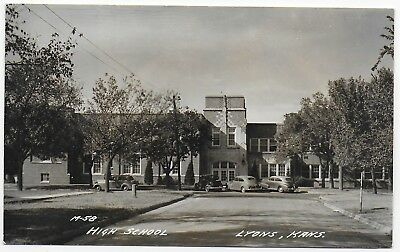 (#2995) Old RPPC  Cars by The High School Building  in  Lyons Kansas