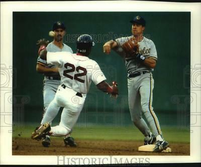 1993 Press Photo Red Sox Billy Hatcher & Brewers' Bill Spiers in baseball action