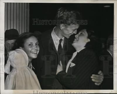 1946 Press Photo New York Harry James re-united with his fiancee NYC - neny14345