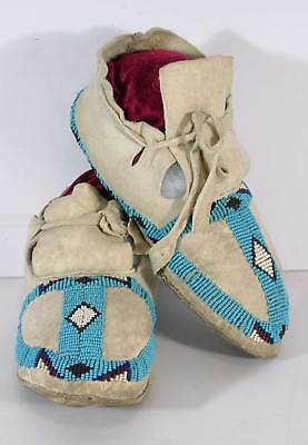 1920s PAIR OF NATIVE AMERICAN FLATHEAD INDIAN BEAD DECORATED HIDE MOCCASINS