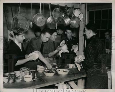 1941 Press Photo Fort Meade MD 2nd Lt of 12st Engineers on KP with ice cream