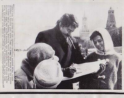 LeROY NEIMAN SKETCHING IN MOSCOW RUSSIA * Rare VINTAGE CLASSIC 1968 press photo
