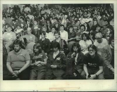 1983 Press Photo Large crowd is seating during a MASH party - tua36914