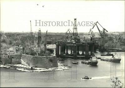 1986 Press Photo Offshore Oil Drilling Rig Leaves Valetta Harbour in Malta
