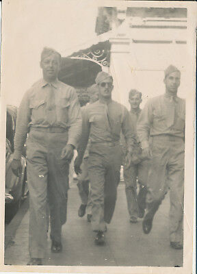 1944 WWII USMC VMSB-133 Marines strolling Honolulu Hawaii 5x7 Movieland Photo