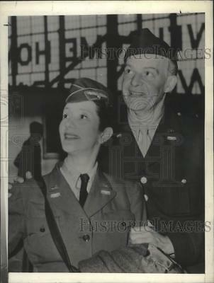 1945 Press Photo Alfred Lunt and Lynn Fontanne arrive La Guardia from Paris