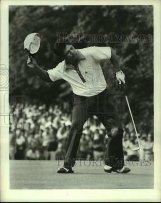 1971 Press Photo Golfer Lee Trevino throws his hat after winning tournament