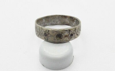 Post medieval Silver Ring with pattern