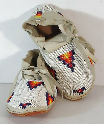 ca1950s PAIR OF NATIVE AMERICAN PLAINS / CHEYENNE INDIAN BEADED HIDE MOCCASINS