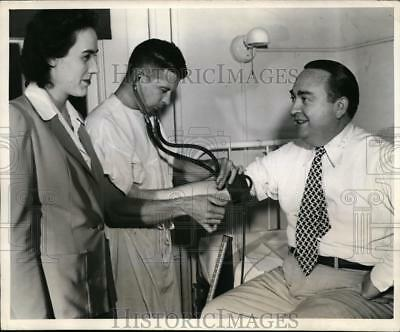 1942 Press Photo Arch McDonald CBS sports announcer at Red Cross - nes36945