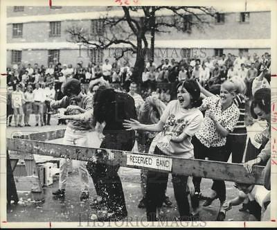 1968 Press Photo Southwest Texas State College students in a snowball fight