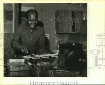 1989 Press Photo Clarence Joseph of Outreach Shelter serves food to children 2a55b02426fa