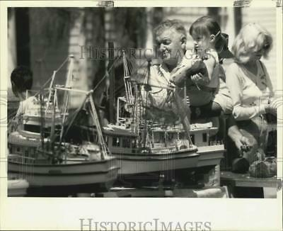 1992 Press Photo Model boat builder Jessie Bourg with his granddaughter Angela